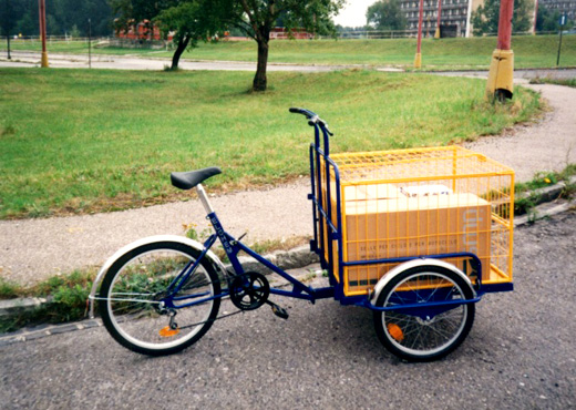 Front tricycle with locked cage for packet distribution